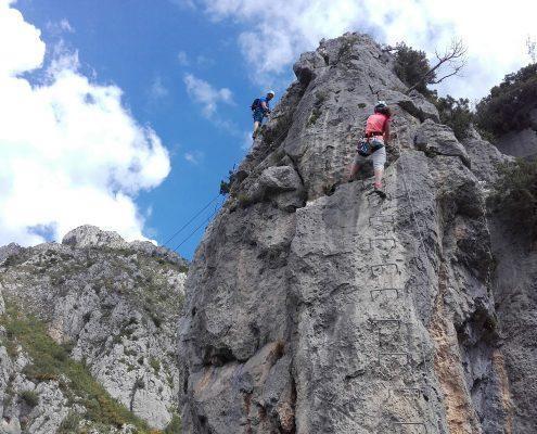 Gipfel des ersten Pfeilers in La Brigue mit Seilrutsche